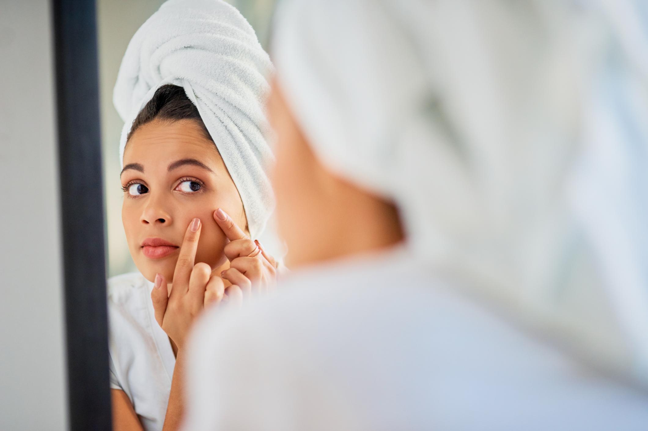 Femme se maquillant devant son miroir